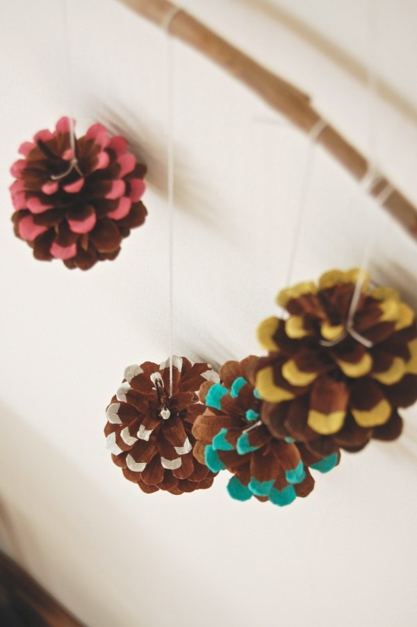 DIY hanging pine cone winter decor...lapinblu.com