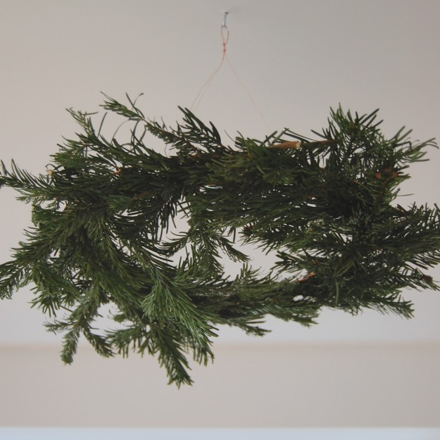 simple hanging christmas wreath ~ lapinblu.com