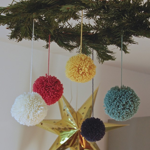 add pompoms to simple christmas wreath ~ lapinblu.com