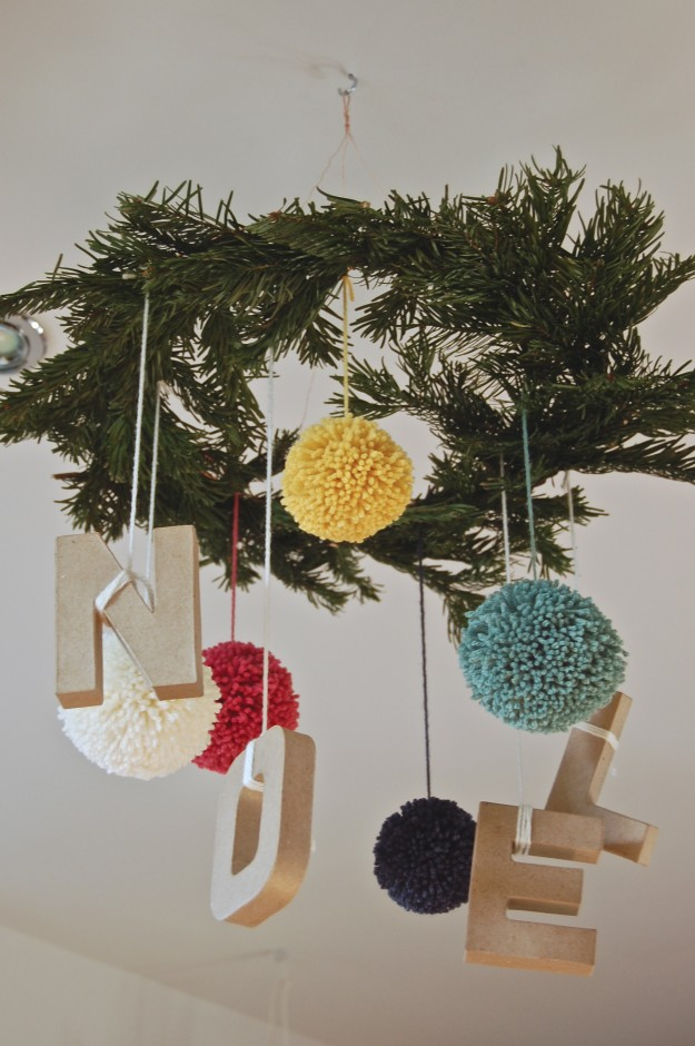 simple hanging christmas pompom centrepiece wreath ~ lapinblu.com