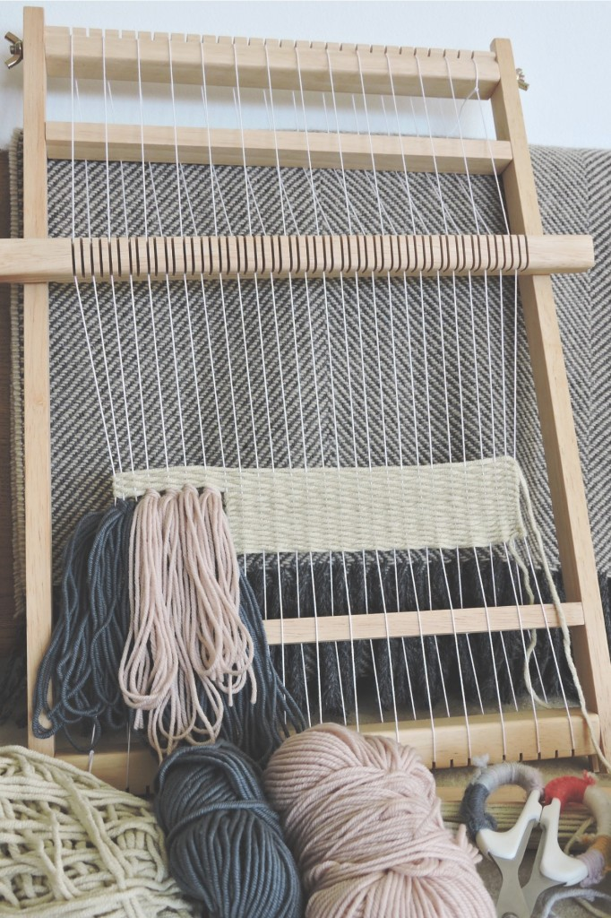 starting-a-lap-loom-weave-lapinblu